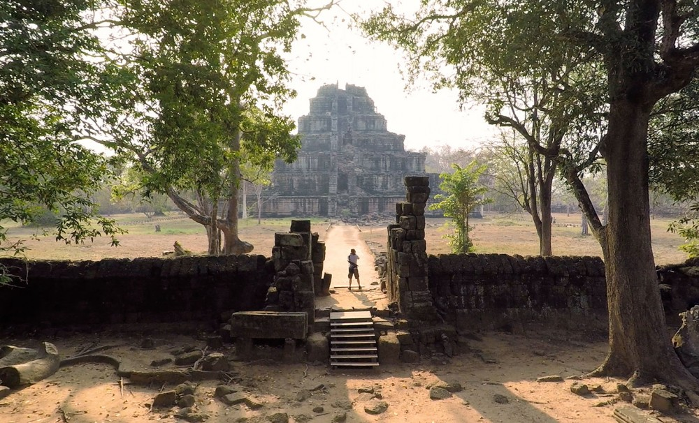 2015-02-11_Standing-in-the-middle-of-pyramid-Prasat-Bram-Drone-2048
