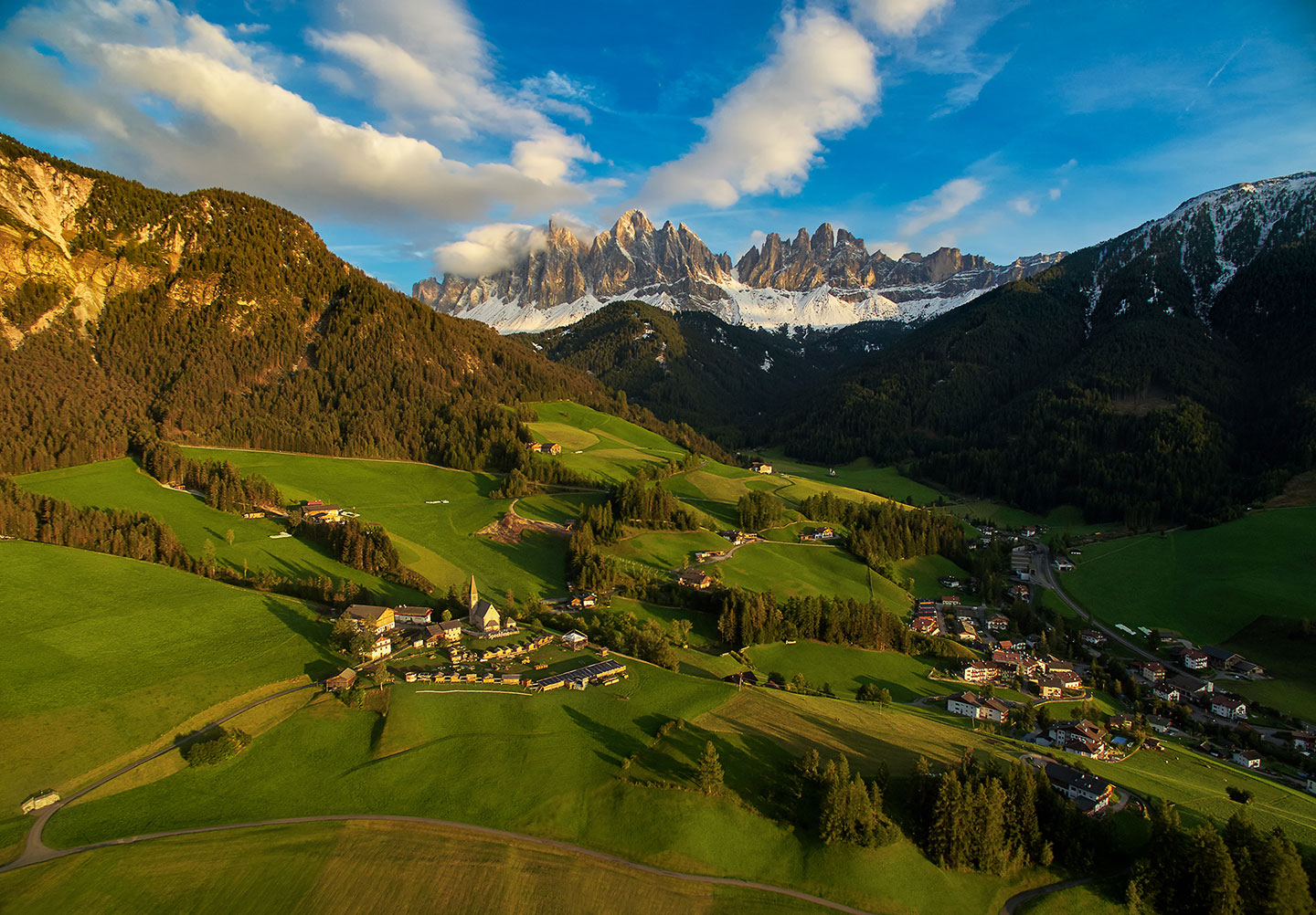 (A sunset and moonrise over the stunning Dolomites in Val di Funes, Italy)
